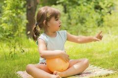 Liten flicka som pekar fingret på något Royaltyfri Fotografi