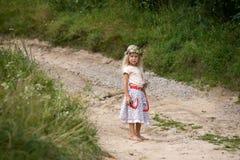 Liten flicka som plattforer på vägen Fotografering för Bildbyråer