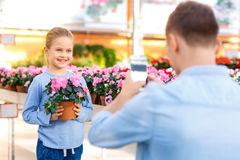 Liten flicka som poserar med blomman Royaltyfri Foto