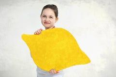 Liten flicka som poserar med den målade citronen Royaltyfri Foto