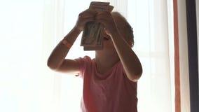Liten flicka som räknar kassa lager videofilmer