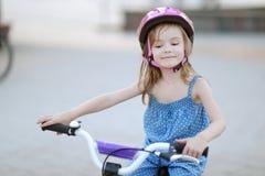 Liten flicka som rider en cykel Royaltyfri Fotografi