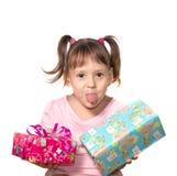Liten flicka som rymmer asken för två gåvor royaltyfri foto