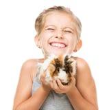 Liten flicka som rymmer en försökskanin Arkivbild