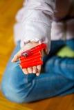 Liten flicka som rymmer en firecracker Fotografering för Bildbyråer