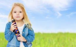 Liten flicka som rymmer en kalejdoskop Royaltyfri Bild