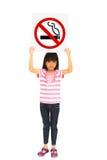 Liten flicka som rymmer en nr. - rökande tecken Royaltyfria Foton
