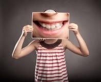 Liten flicka som rymmer ett leende royaltyfri fotografi