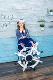 Liten flicka som rymmer ett styrninghjul Fotografering för Bildbyråer