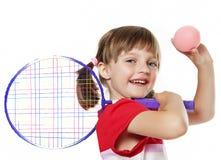 Liten flicka som rymmer ett tennisracket och boll Fotografering för Bildbyråer