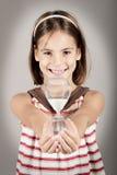 Liten flicka som rymmer ett timglas Royaltyfri Foto