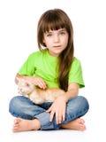 Liten flicka som slår en kattunge bakgrund isolerad white Fotografering för Bildbyråer
