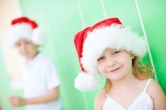 Liten flicka som slitage den Santa hatten Arkivfoton