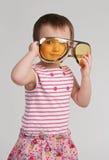 Liten flicka som slitage enorma exponeringsglas arkivfoton