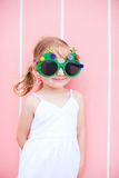 Liten flicka som slitage roliga julexponeringsglas Royaltyfri Foto