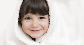 Liten flicka som slås in i handduk Royaltyfri Foto