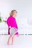 Liten flicka som sopar golvet Fotografering för Bildbyråer