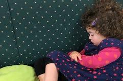 Liten flicka som sover på en soffa Royaltyfria Bilder