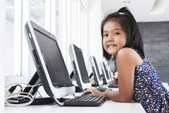 Liten flicka som spelar datoren Arkivfoton