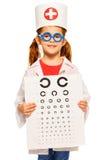 Liten flicka som spelar en doktorsögonläkare royaltyfri fotografi