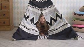 Liten flicka som spelar i ett tält stock video
