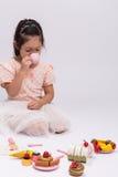 Liten flicka som spelar laga mat Toy Set/lilla flickan som spelar laga mat Toy Set Background Arkivbilder