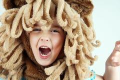 Liten flicka som spelar lejonet Royaltyfri Bild