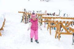 Liten flicka som spelar lyckligt i snön Royaltyfri Bild