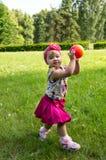 Liten flicka som spelar med en boll royaltyfri foto