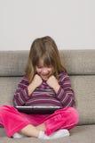Liten flicka som spelar med en digital minnestavla Royaltyfria Foton