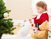 Liten flicka som spelar med hennes nya julleksaker Arkivbilder