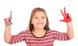 Liten flicka som spelar med målarfärg Arkivfoton