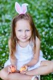 Liten flicka som spelar med påskägg Arkivfoto