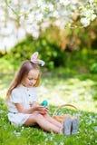 Liten flicka som spelar med påskägg Royaltyfri Fotografi