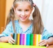 Liten flicka som spelar med plasticine Royaltyfri Bild