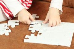 Liten flicka som spelar med pusselstycken Arkivbilder