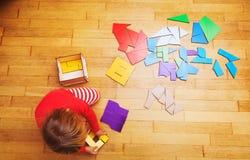Liten flicka som spelar med pusslet, tidig utbildning Arkivfoton