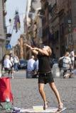 Liten flicka som spelar med såpbubblan Royaltyfria Foton