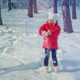 Liten flicka som spelar med snö Royaltyfria Bilder
