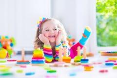 Liten flicka som spelar med träleksaker Royaltyfri Fotografi