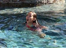 Liten flicka som spelar på pölen i mexicansk villa Royaltyfri Bild