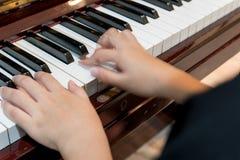 Liten flicka som spelar pianot arkivfoto