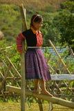 Liten flicka som spelar under förälskelsemarknadsfestivalen i Vietnam - redaktörs- överskrift Royaltyfria Foton