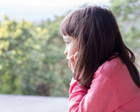 Liten flicka som stirrar in i naturen Royaltyfria Bilder