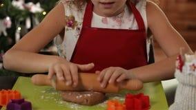 Liten flicka som sträcker julkakadegen lager videofilmer