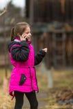 Liten flicka som talar på telefonen i gatan Arkivfoton