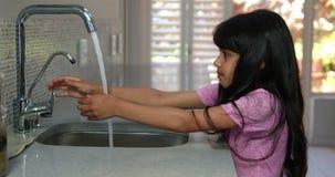 Liten flicka som tvättar henne händer lager videofilmer