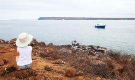 Liten flicka som tycker om havssikt Arkivfoto