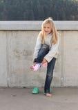 Liten flicka som upp klär sockor royaltyfri foto