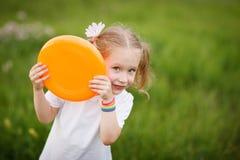 Liten flicka som utomhus leker Royaltyfri Fotografi
